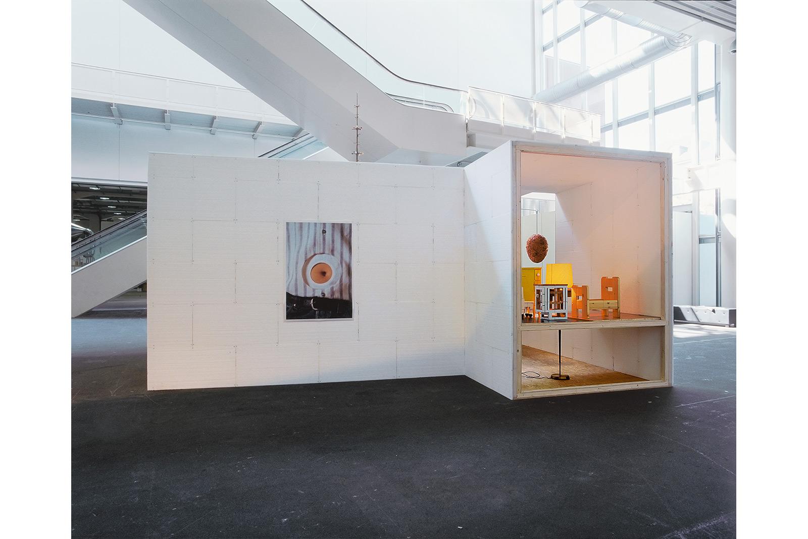 Art Unlimited Basel, 2002, installation mit moebeln