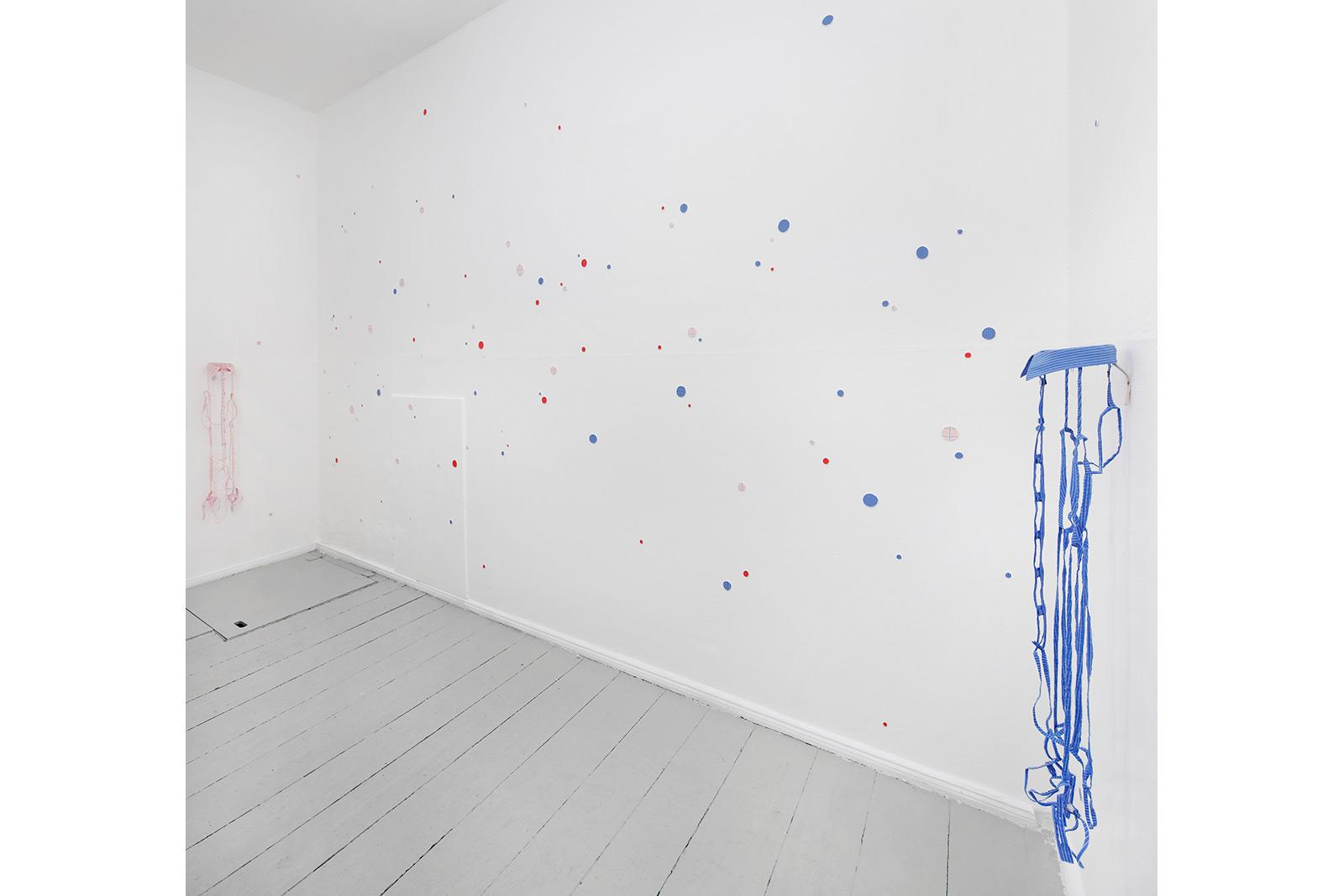 installation, vincenz sala berlin, zerschnittene kleidung