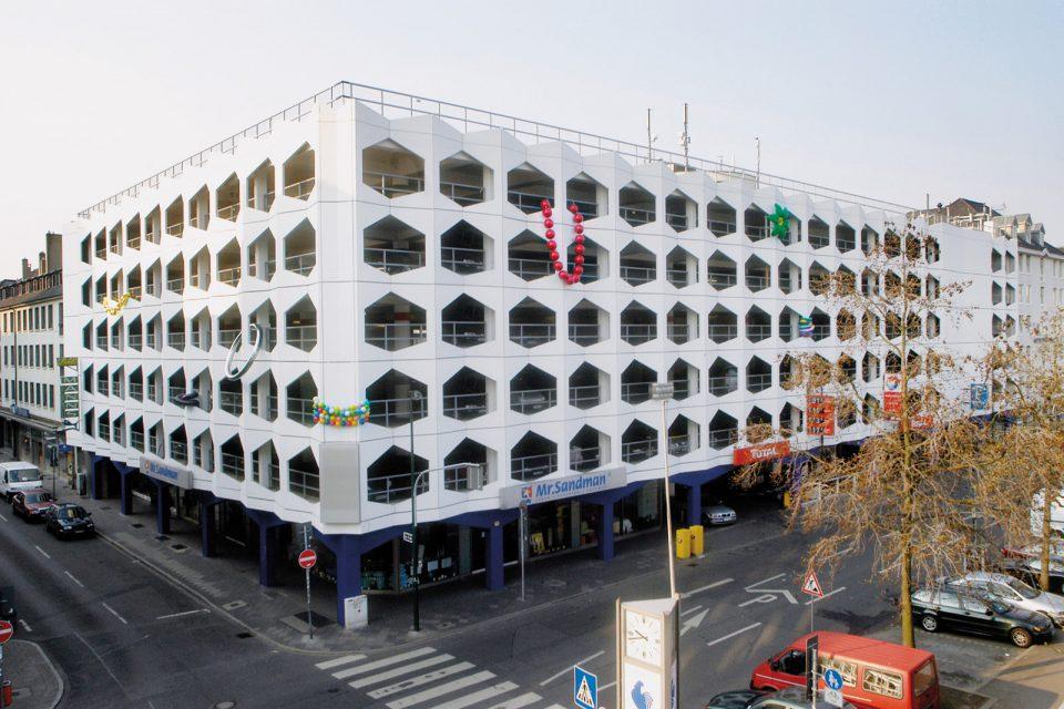 juwelry-installation-public-parkinghouse-giant-juwelry-sculptures