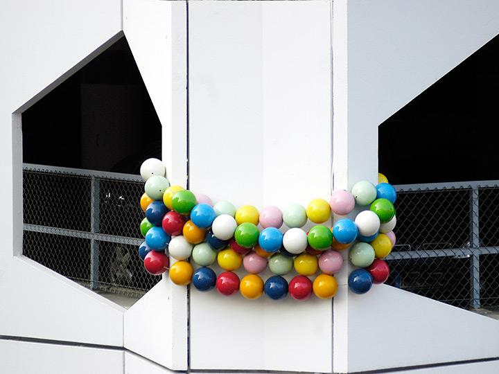 schmuckinstallation an parkhaus, kunst im stadtraum, kunst und architektur