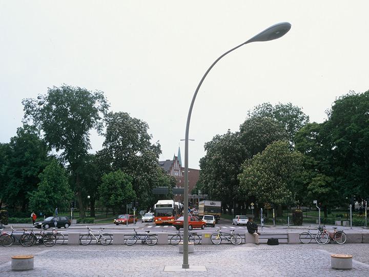 trainstation-plaza-art-installation-streetlamp-turning