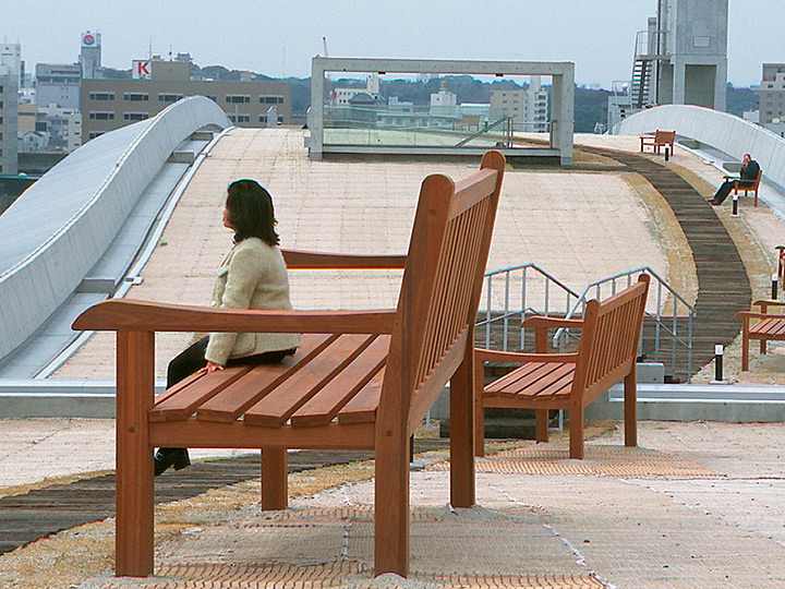 university-japan-art-installation-rooftop-art-benches